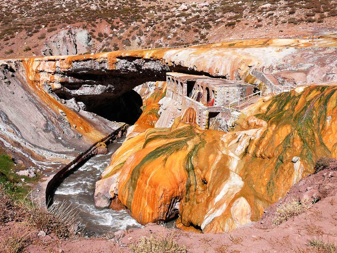 Las aguas termales, a principios del siglo XX, generaron gran afluencia turística en Puente del Inca.