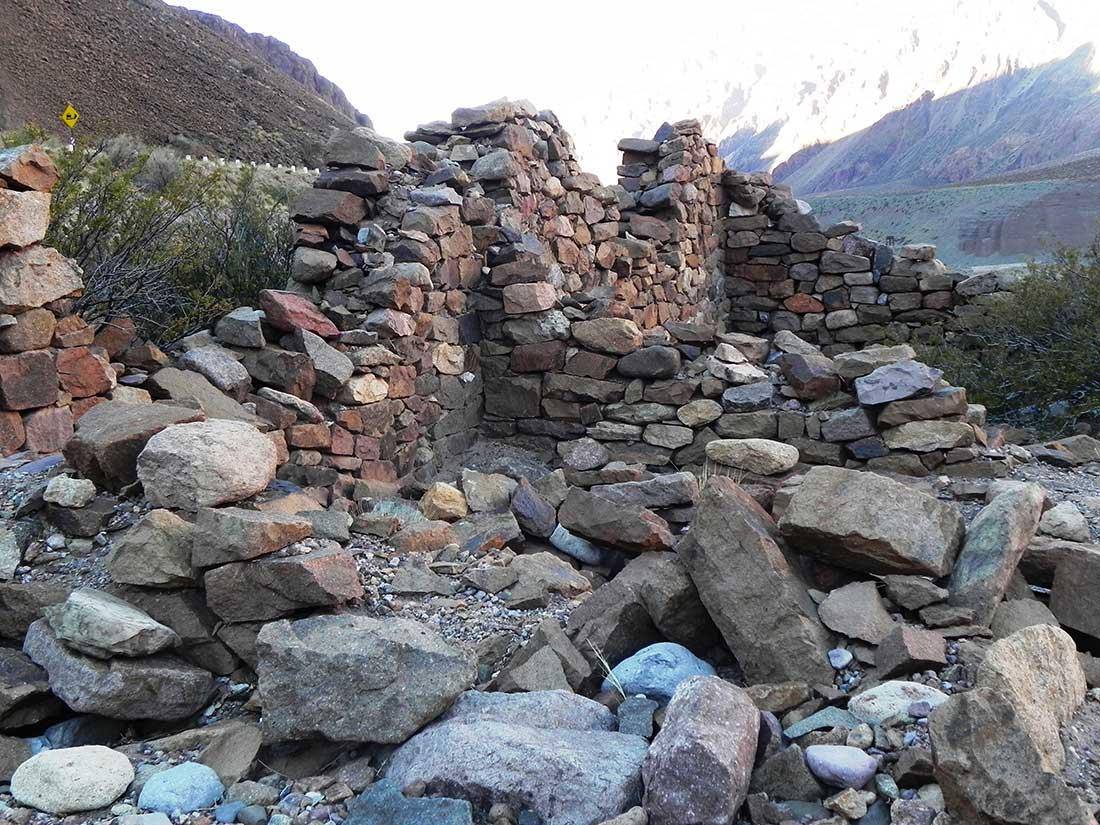 Tambillito, parte del Qhapaq Ñan, a la vera de la ruta internacional 7, y a 35 km de Puente del Inca.