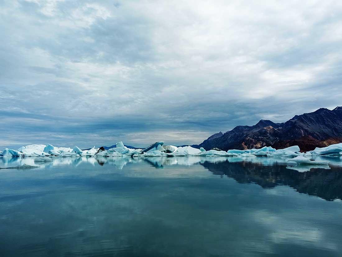 Bahía de los Témpanos desde la playa de piedras. Se desprenden del glaciar Viedma y viajan hasta la costa.