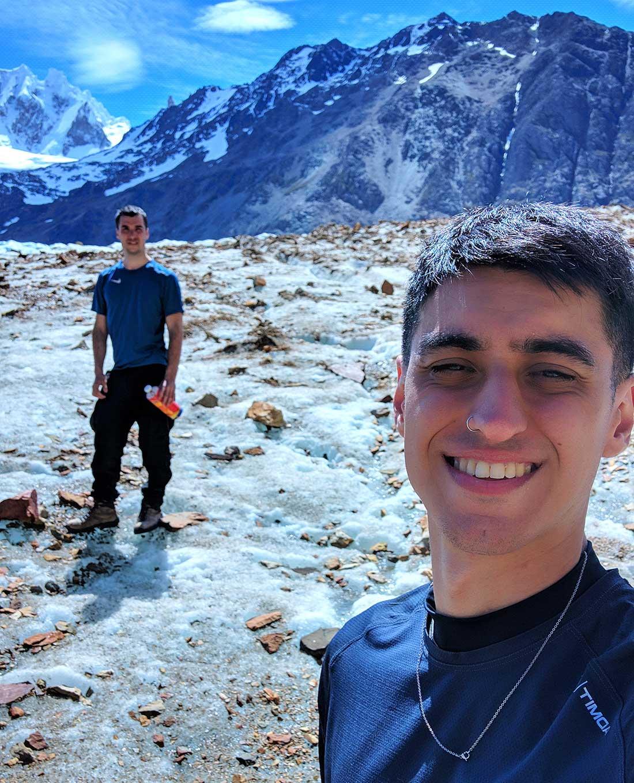 Gonzalo Pontiggia (atrás) y Tomás Torres (adelante) sobre el glaciar Túnel, en su aventura por El Chaltén.