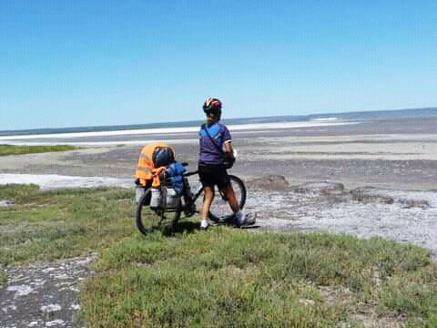 Valeria recorre en su bicicleta lugares remotos y desconocidos, con su mensaje proteccionista.