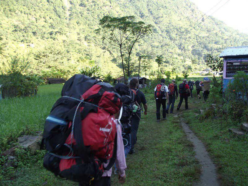 Aproximación por la selva y los bosques de coníferas hasta el pueblo de Lower Pisang.