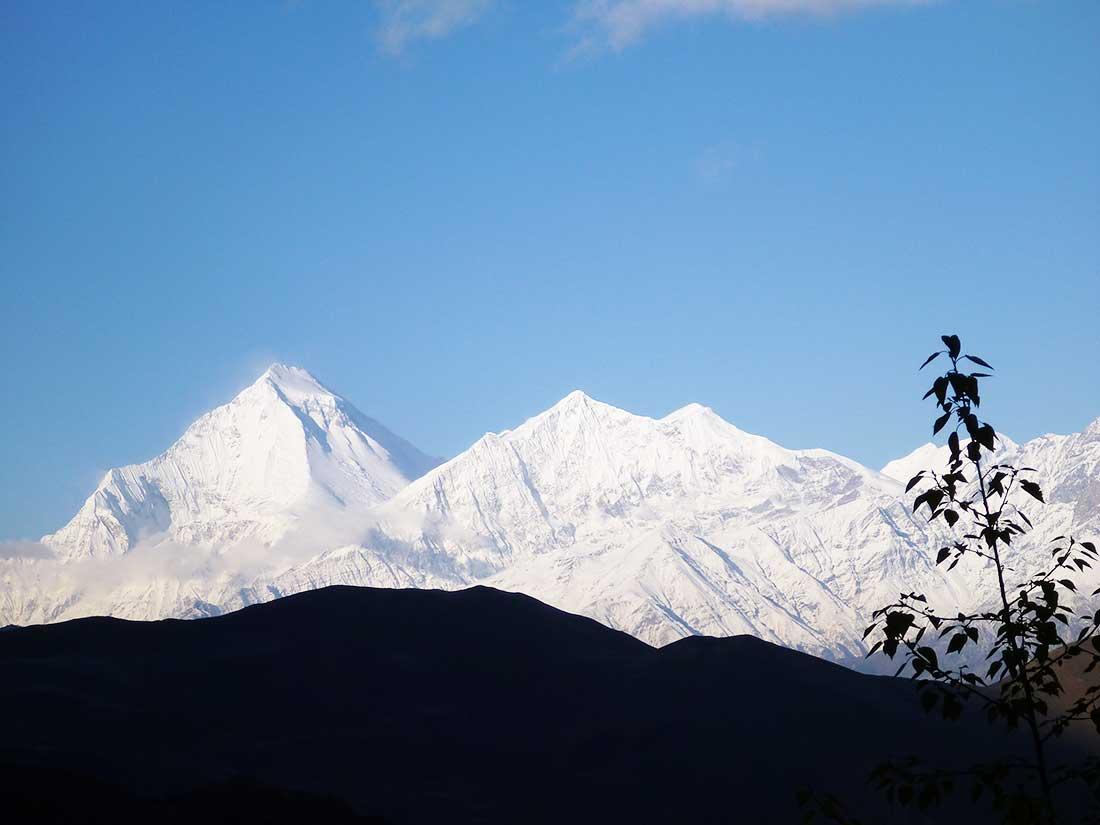 Annapurna Tour: Primer avistaje del Dhaulagiri (8167 m), foto tomada desde el paso Thorung (5400 m).