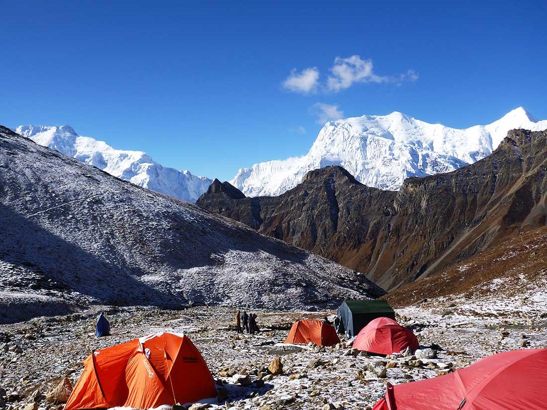 Annapurna II (izquierda), Annapurna III (7.555 m) y Gangapurna (7.455 m, derecha), foto tomada desde el campo base del Chulu Far East.