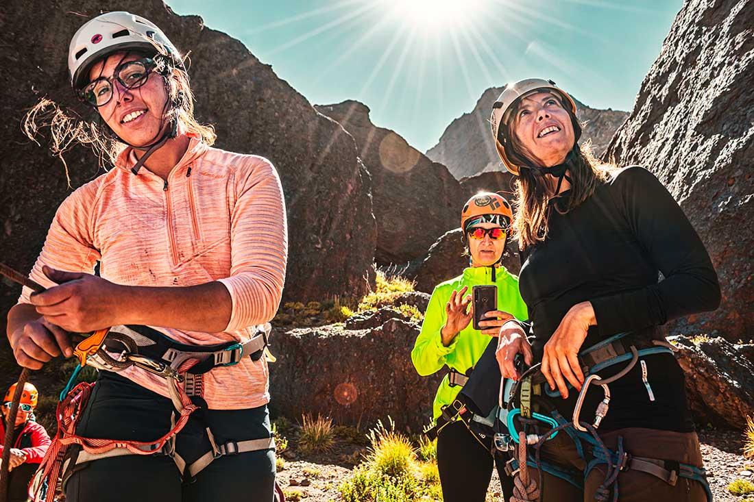 Mujeres escalando en plena Cordillera. (Ph Lucía Coronel)