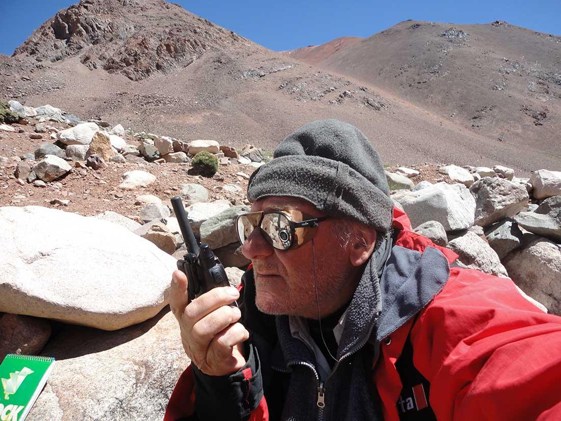 Sergio Cerutti modulando en el campo base Guanaquitos, cerro Mercedario.