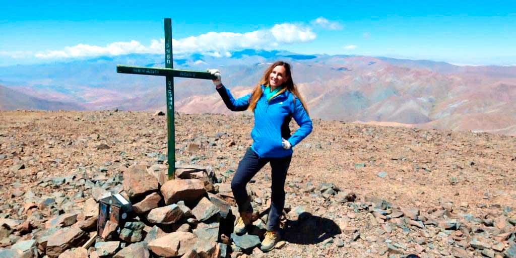 Cynthia Pérez Mac-Gibbon en la cumbre de Acay, parte de su proyecto de montañas sagradas.