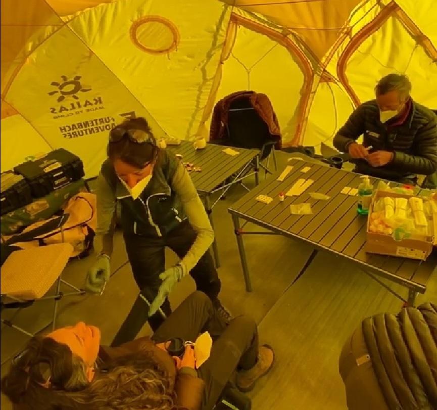 Testeos de Covid-19 en el campamento de la empresa Furtenbach Adventures, en el base del monte Everest. (Ph IG @furtenbachadventures)