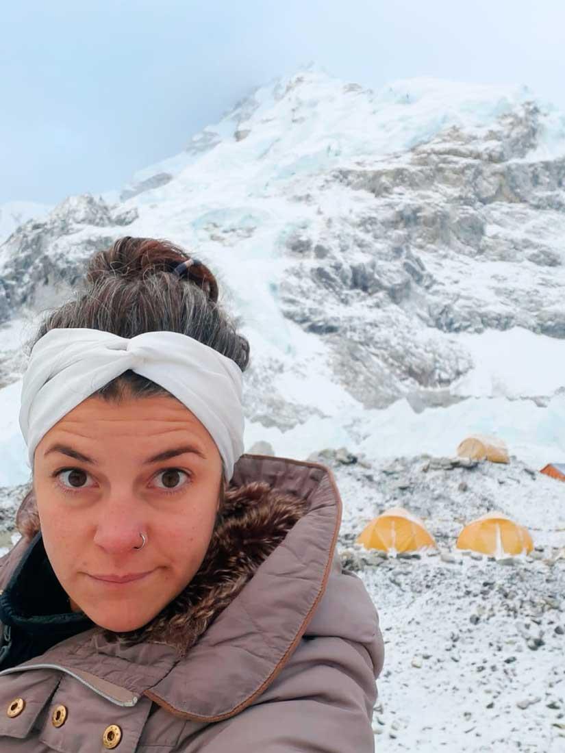 Amanece en el campo base del Everest. Huilén Pascual lista para conducir la cocina del campamento de Furtenbach Adventures.