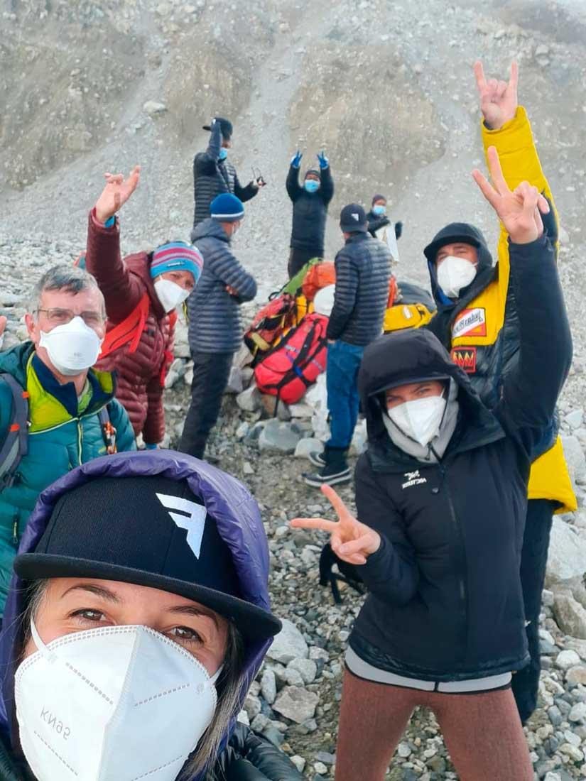Huilén con parte del staff de la compañía, en el CB del Everest.