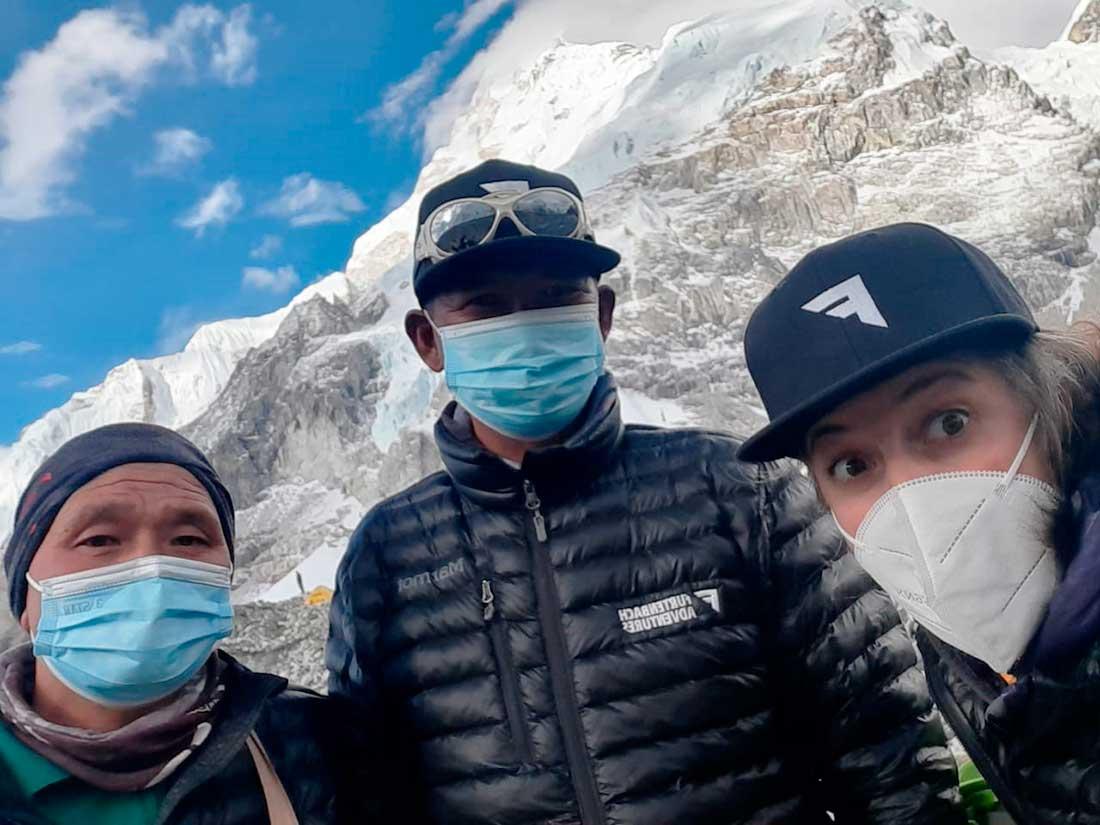 Junto a sus compañeros sherpas en las afueras del campamento del Everest.