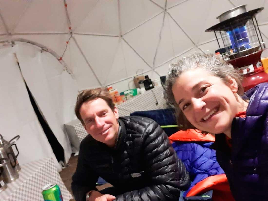 El austríaco Lukas Furtenbach y su flamante jefa de cocina del CB del Everest, Huilén Pascual.