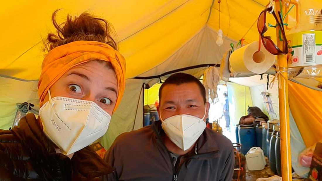 En plena faena en la cocina, su hábitat durante su trabajo en el CB del Everest.