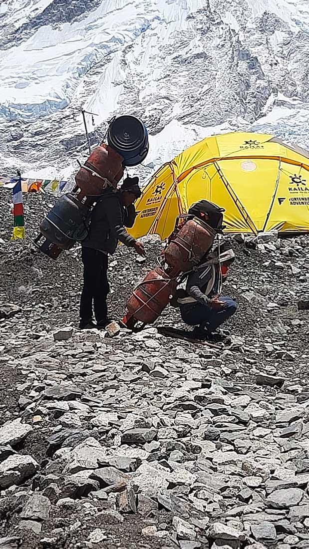 Una imagen repetida en todo Himalaya: sherpas porteando material e insumos hacia los campamentos.