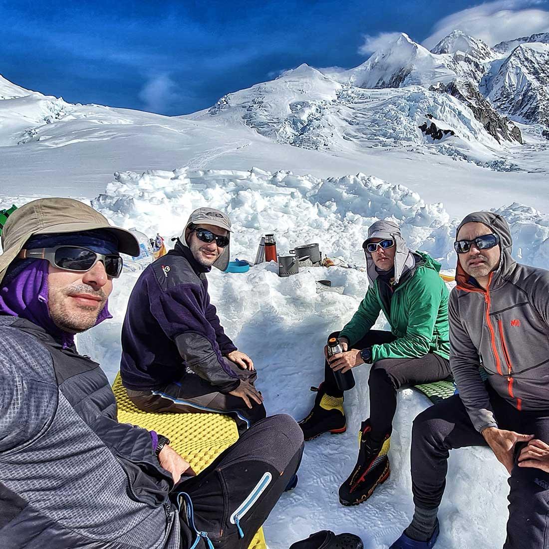 Momento de relax antes de intentar la cima. Montañismo a pleno.