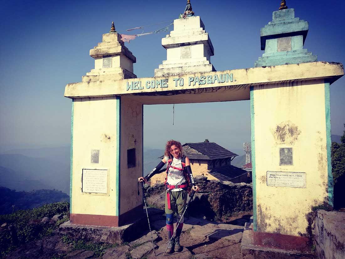 Raquel García arriba a la aldea Pasgaun, donde mayormente sus habitantes pertenecen a la etnia Gurung.