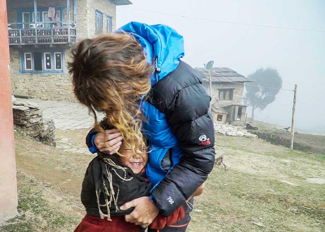 Lazos entrañables y eternos en las remotas aldeas del Nepal.
