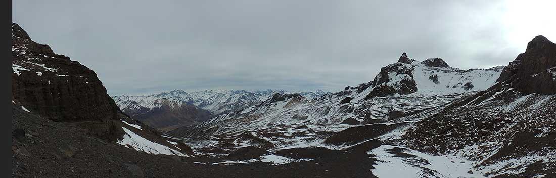 Largas horas de caminatas bajo temperaturas extremas en El Sosneado.