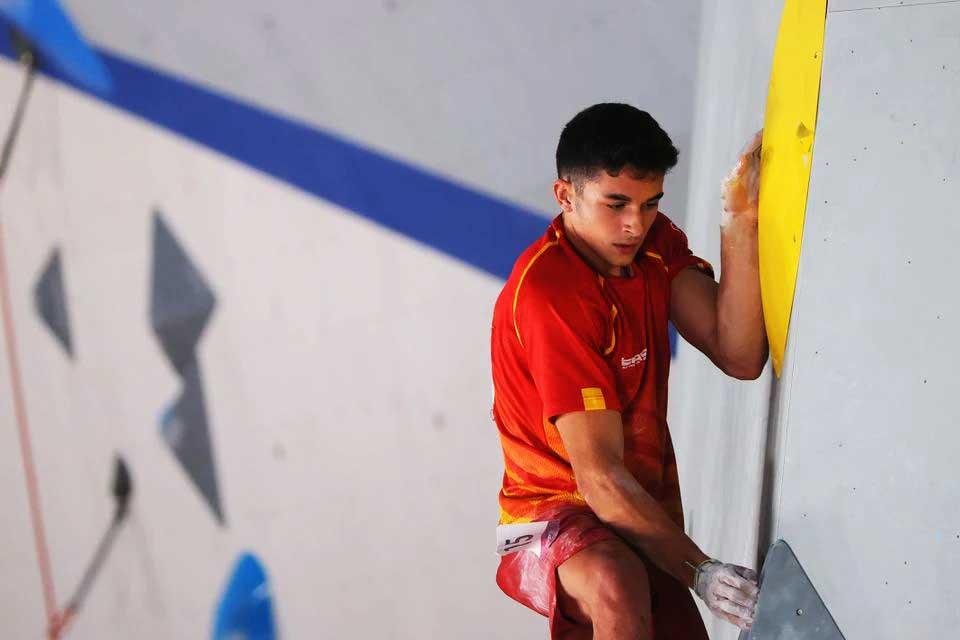 La gloria con tan solo 18 años para el español Alberto Ginés López. (Ph Reuters - Maxim Shemetov)