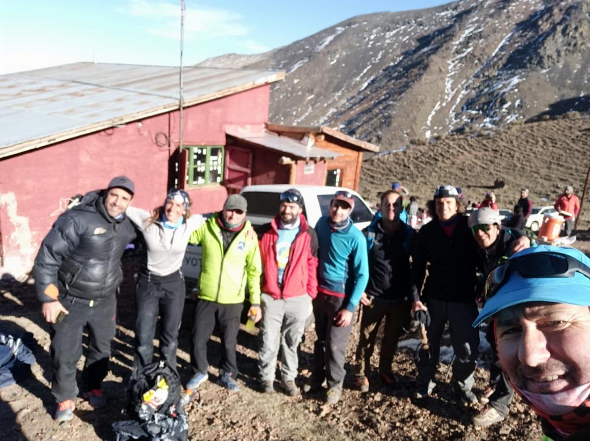 Sergio Furlan con corredores y miembros del equipo Team Aventura en Vallecitos, Mendoza.
