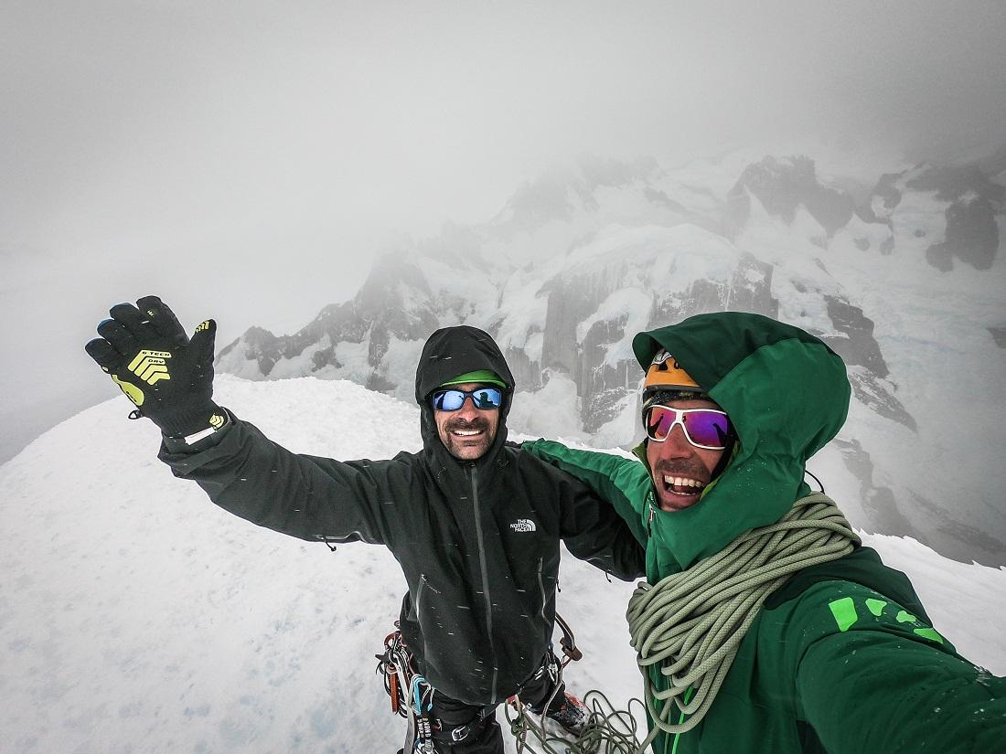 Momento de gloria: Matteo Della Bordella y Luca Schiera, los Ragni di Lecco en la cumbre del Torre (Argentina).