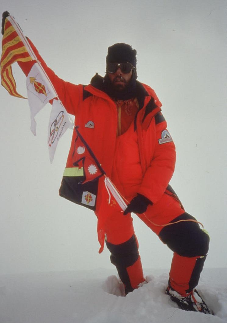 Oscar Cadiach en la cumbre del Everest, uno de los tres catalanes que lo logró.